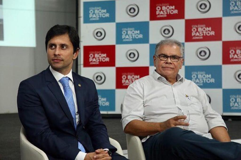Duarte e o secretário em reunião que resultou em melhorias para ruas no entorno do colégio O Bastor