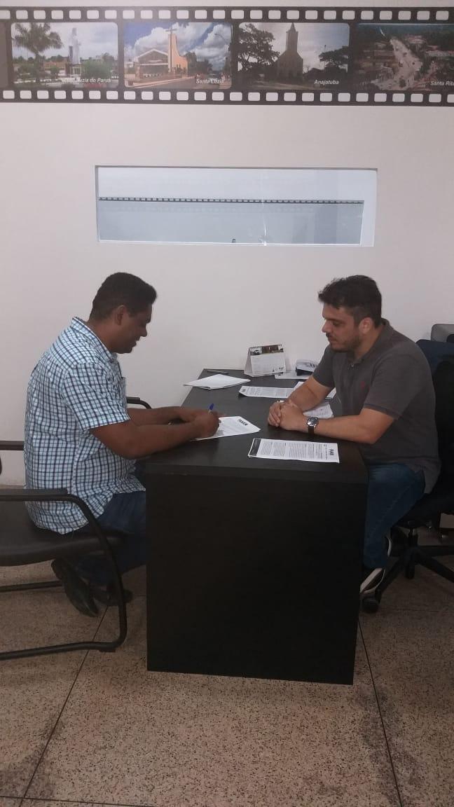 Prefeito Negão e o advogado Dr. Tiago Penha, da Famem, durante assinatura do termo de Adesão ao Progama Tarifa Social